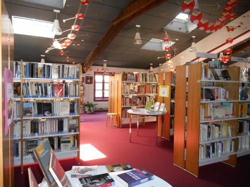 Les rayons de la bibliothèque de Saint-Symphorien-d'Ozon