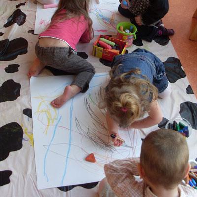 enfants dessinant et multiaccueil la coccinelle